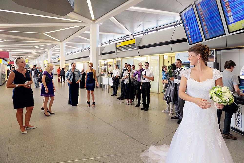 Brautstraußwurf am Flughafen Berlin Tegel kurz vor dem Abflug nach Paris in die Flitterwochen