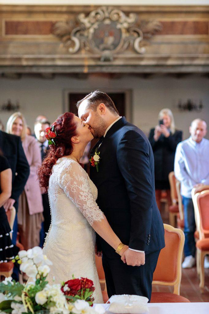 Das Brautpaar darf sich jetzt küssen