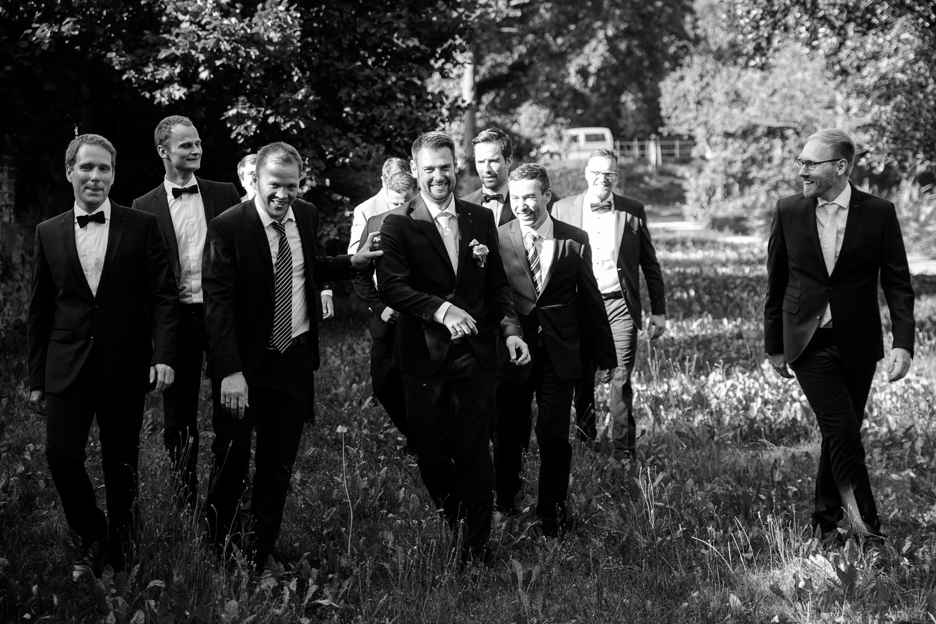 Der Bräutigam mit seinen Jungs bei der Hochzeitsfeier