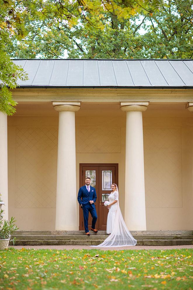 Hochzeitsfoto vor der Orangerie auf Schloss Lübbenau in Brandenburg