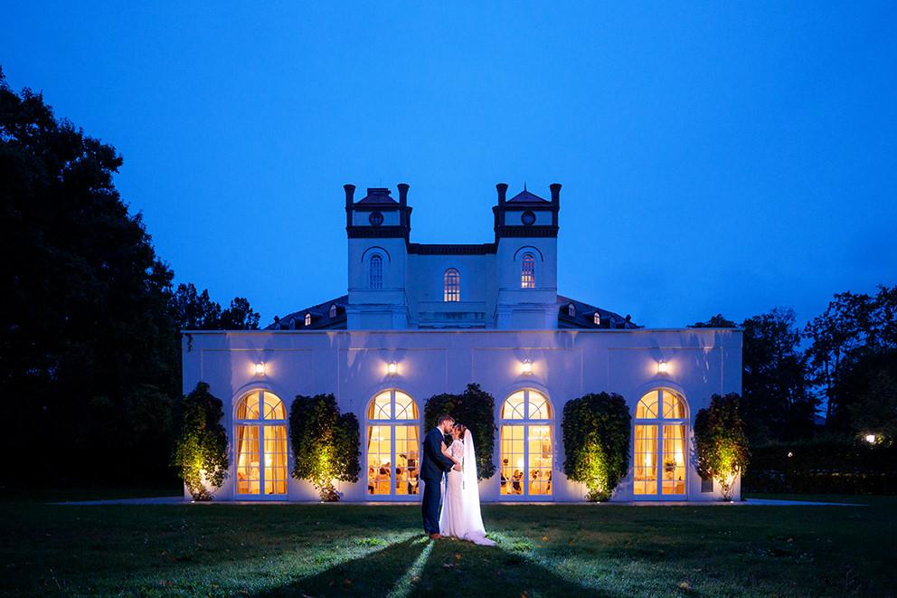 Zur Blauen Stunde wurde ein Paar vor dem Schloss Lübbenau fotografiert