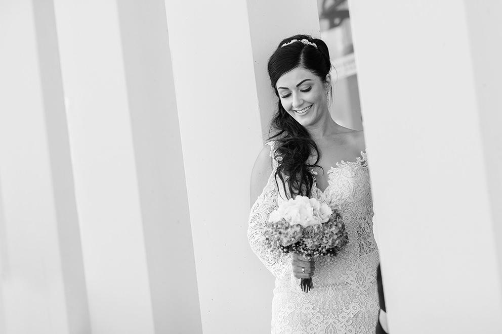 Schwarzweissfoto Braut schaut auf Brautstrauß