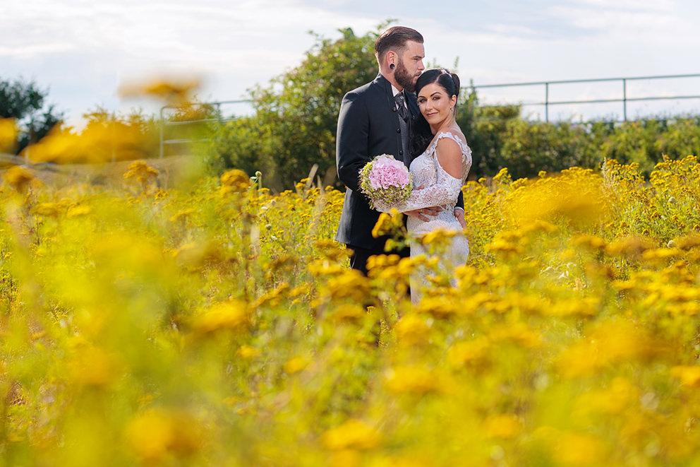 Hochzeitspaar im Blumenfeld