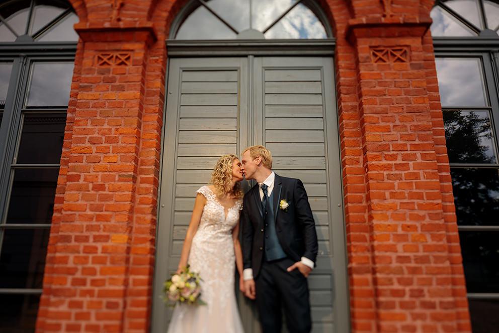 Kuss von Braut und Bräutigam in Nauen