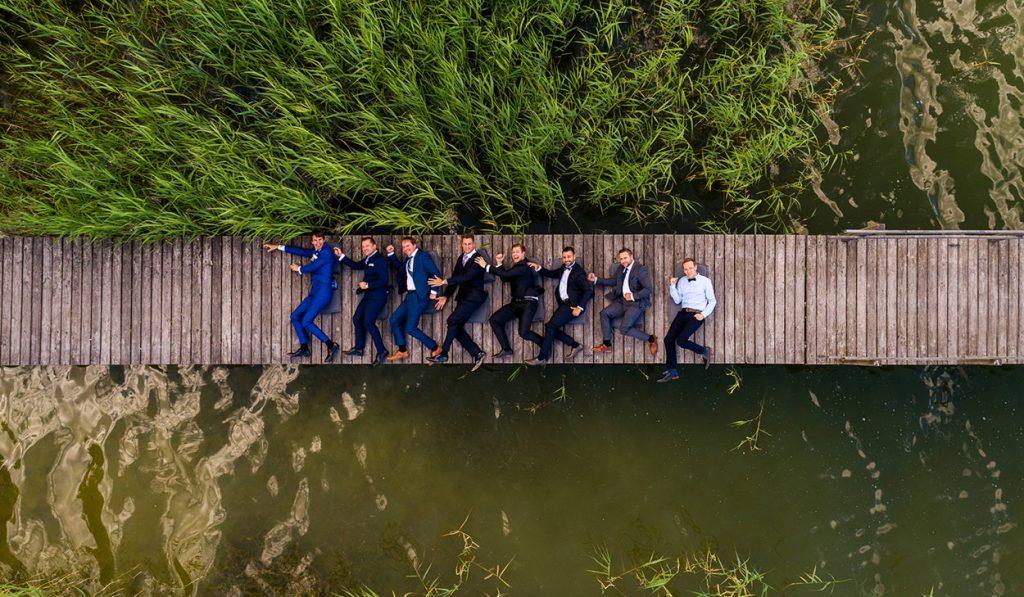 Den Steg eroberten dann die Jungs des Bräutigams für weitere, lustige Aufnahmen mithilfe unserer Drohne. Das gibt den Gästefotos eine völlig neue Perspektive.