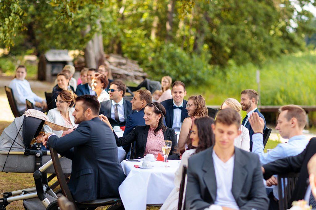 Die Hochzeitsgäste beobachten den Anschnitt der Hochzeitstorte durch das Brautpaar auf dem Landgut Gühlen bei Neuruppin