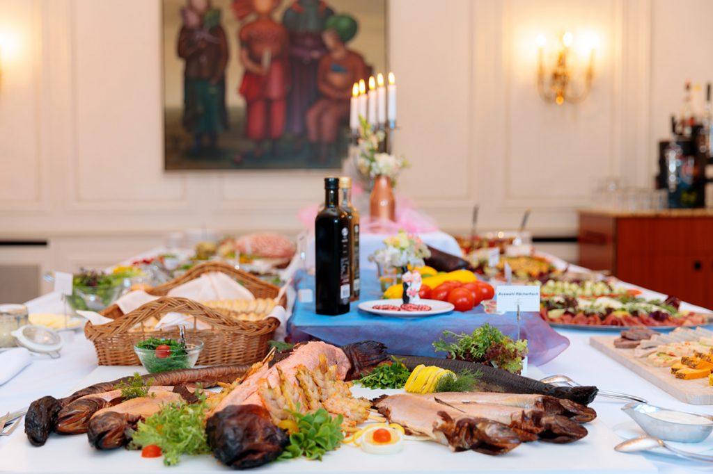 Der Raum, in welchem die Feier statt fand, bietet Platz für mittelgroße Hochzeitsgesellschaften. Der Service war an diesem Abend super und das Essen sehr lecker.