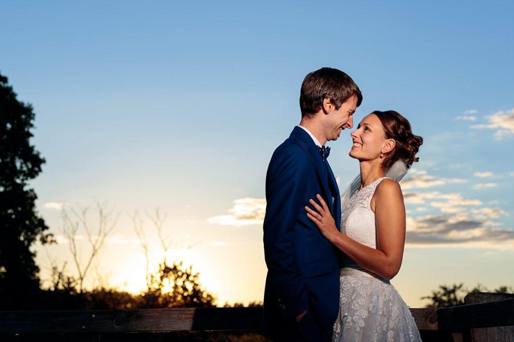 Innige Blicke werden bei den Hochzeitsfotos zum Sonnenuntergang getauscht