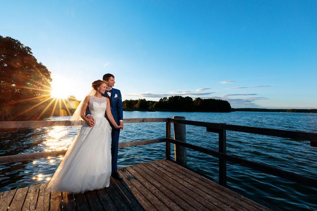 Das Brautpaar genießt die letzten Sonnenstrahlen am Abend