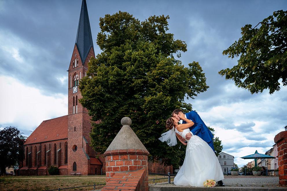 Hochzeitspaar vor Klosterkirche Sankt Trinitatis in Neuruppin