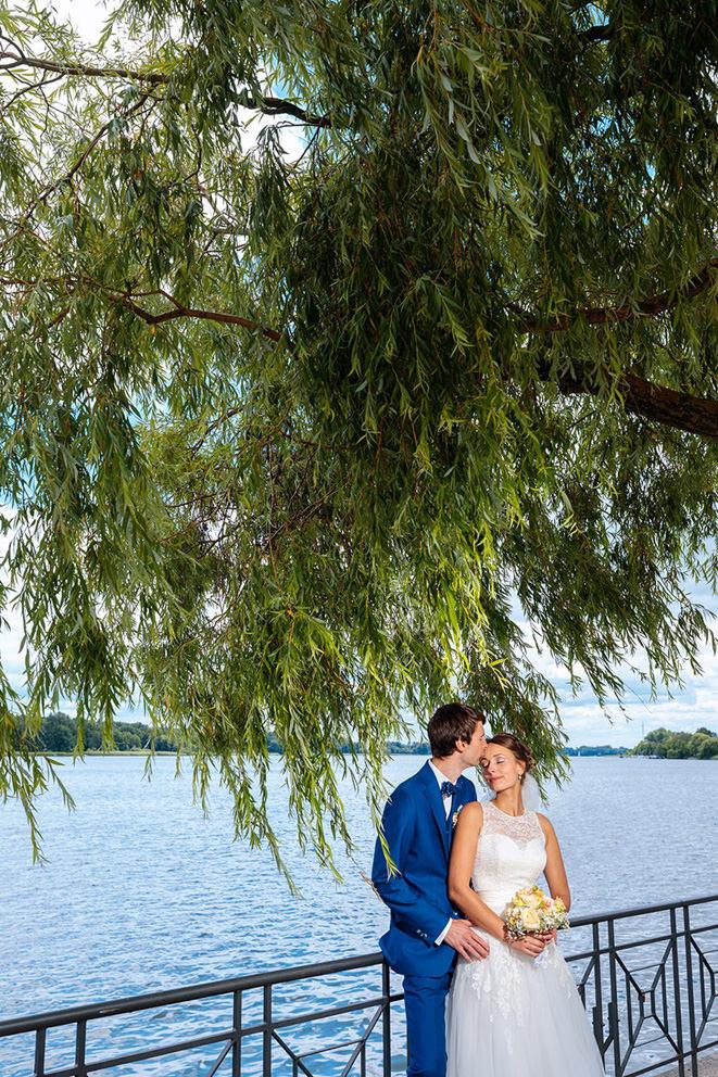 Hochzeitsfoto in Neuruppin am See unter einer Weide