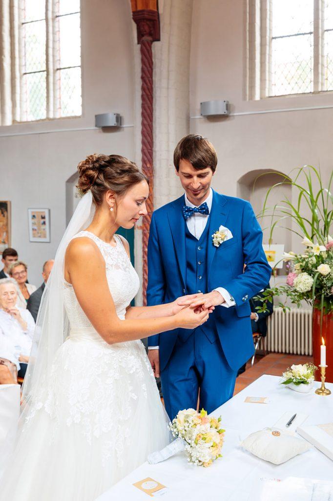 Das Brautpaar tauscht die Ringe in der Siechenhauskapelle Neuruppin