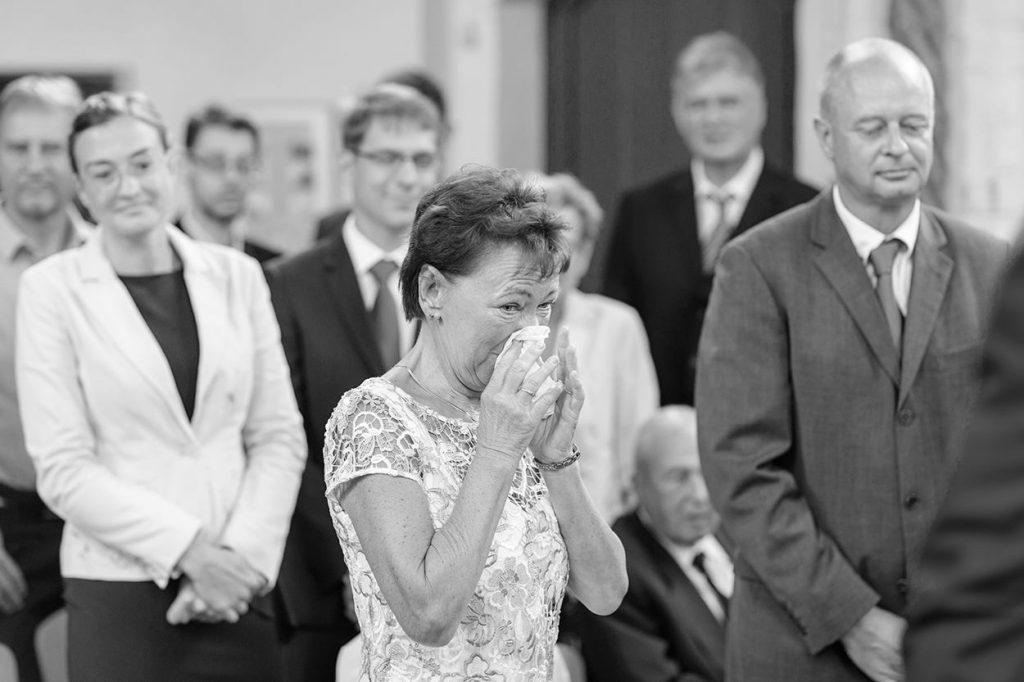Die Gäste sind emotionale berührt beim Einzug der Braut mit ihrem Brautvater in der Siechenhauskapelle Neuruppin