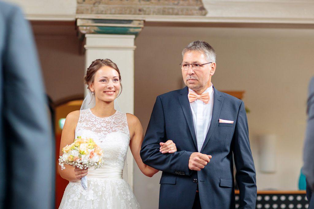 Die Braut betritt mit ihrem Vater die Siechenhauskapelle in Neuruppin