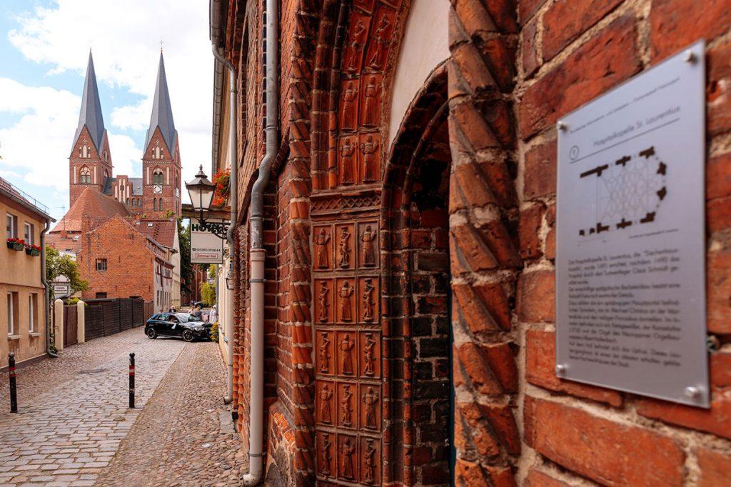 Die Trauung fand in der Siechhauskapelle und liegt in der schönen Altstadt von Neuruppin, fußläufig zum Wasser