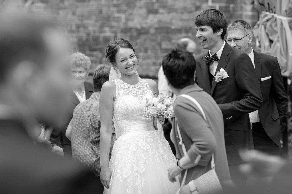 Die Braut ist voller Freude nach der Trauung in der Siechenhauskapelle Neuruppin