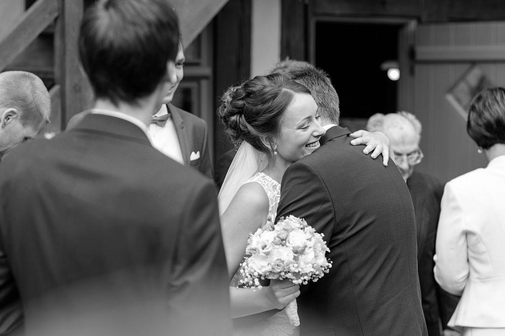 Direkt vor Ort, nach der Trauung, wurde das Paar von seinen Gästen herzlichst beglückwünscht