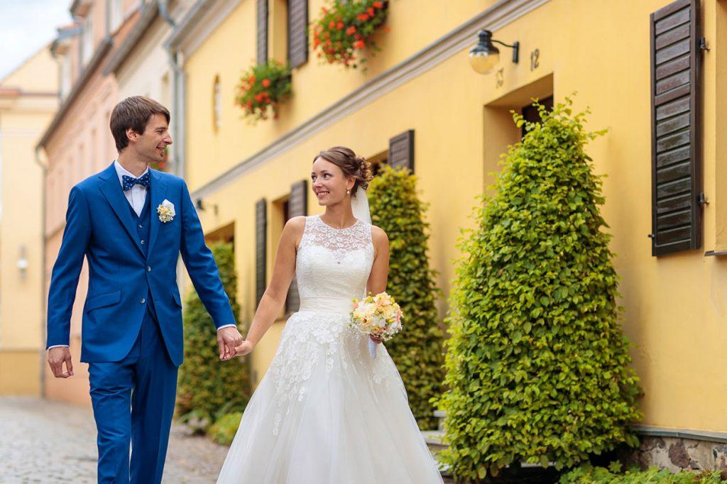 Das frisch getraute Brautpaar schlendert durch die Gassen von Neuruppin