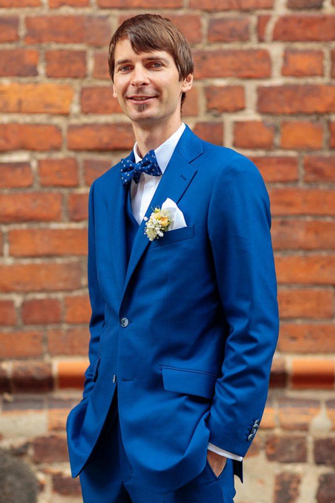Der Bräutigam nach der Trauung in Neuruppin