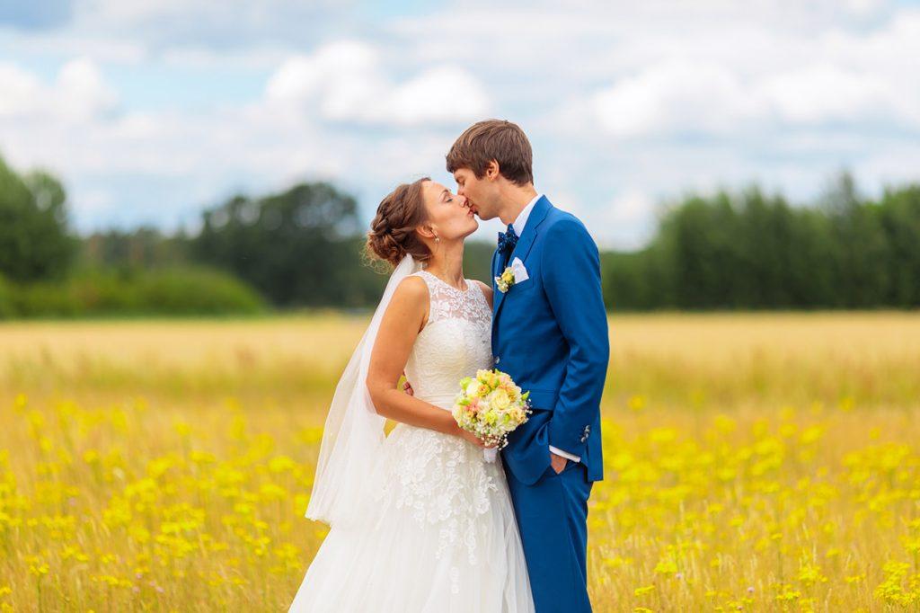 Hochzeitsfotos auf einem Feld in der Nähe von Neuruppin