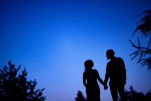 Hochzeitsfoto mit Brautpaar kurz nach dem Sonnenuntergang