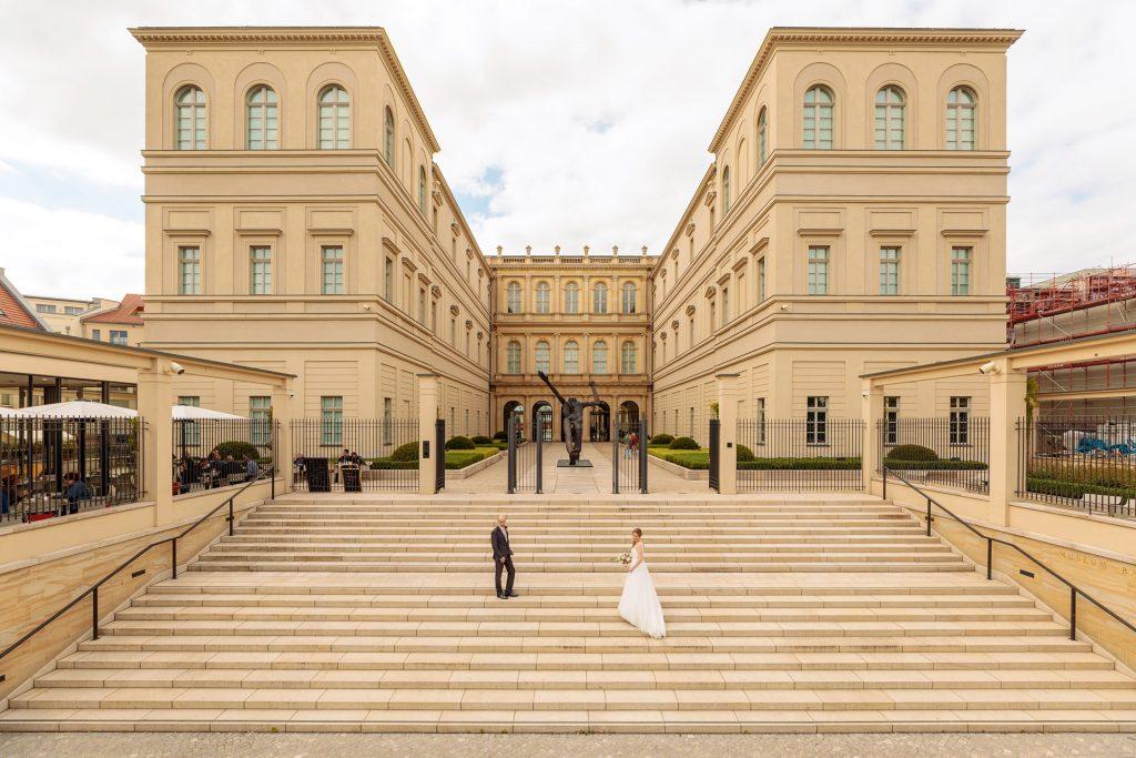 Das Hochzeitspaar wird im Sommer vor dem Museum Barberini in Potsdam fotografiert