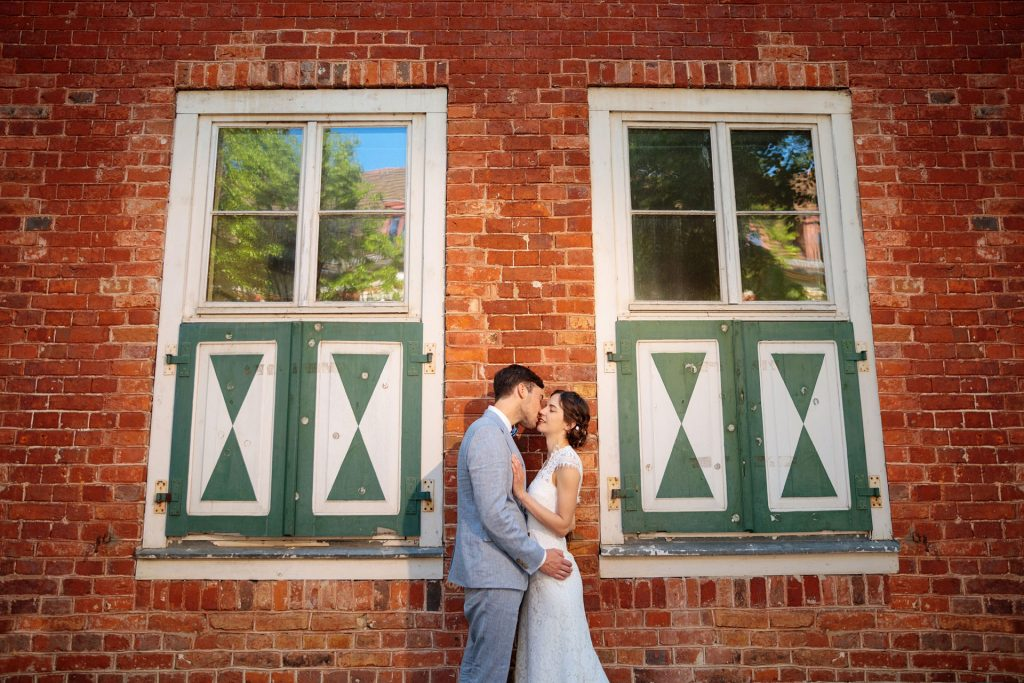 Das Hochzeitspaar wird vom Hochzeitsfotograf verliebt im holländischen Viertel in Potsdam in Szene gesetzt