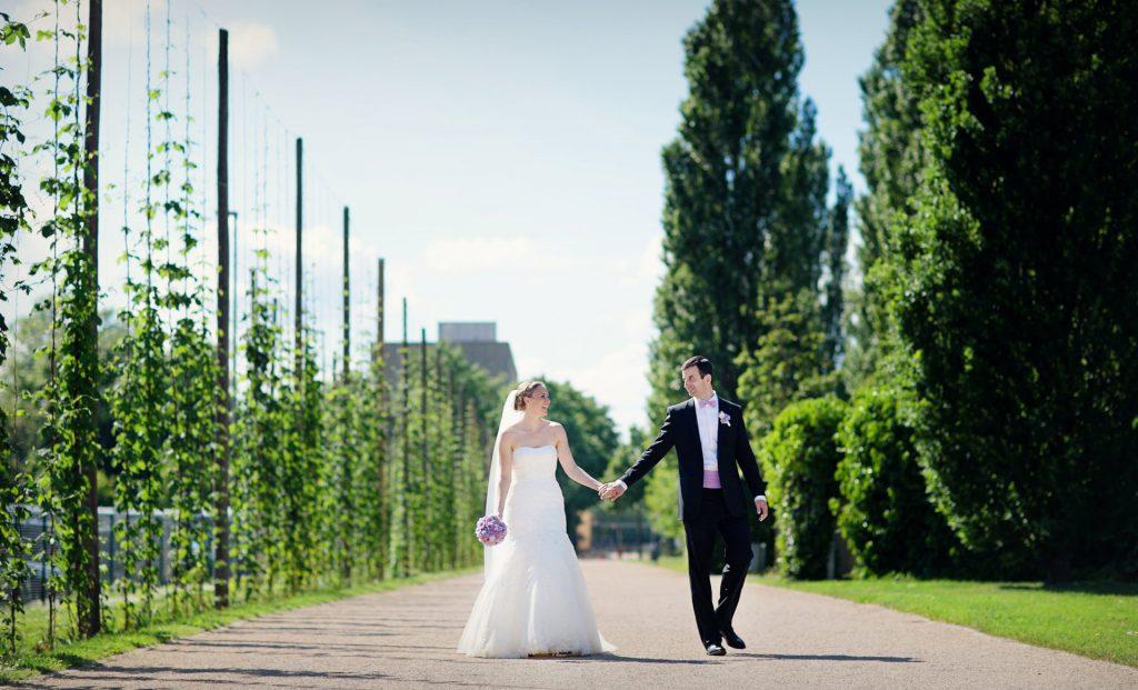 Hochzeitsfotograf Potsdam Brautpaar schlendert durch den Lustgarten zum Schiff