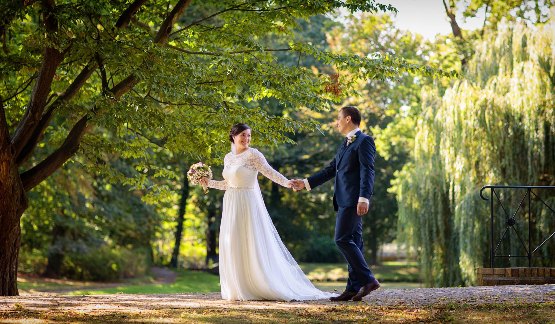 Hochzeitsfotograf Spreewald mit Brautpaar nach Trauung im Schloss Vetschau