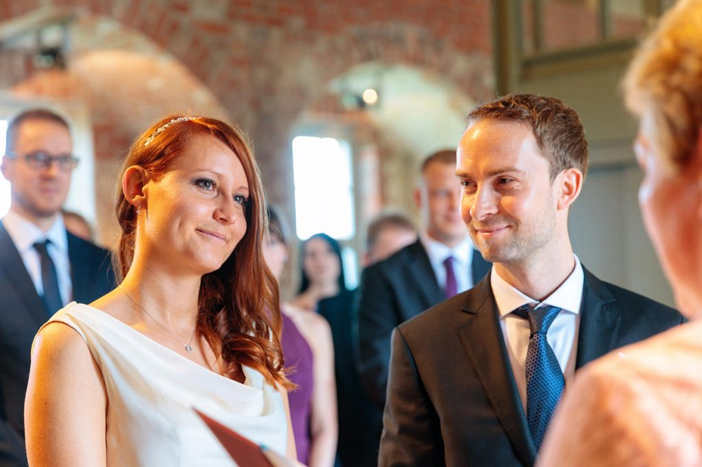 Liebevoll blickt der Bräutigam seine Braut an
