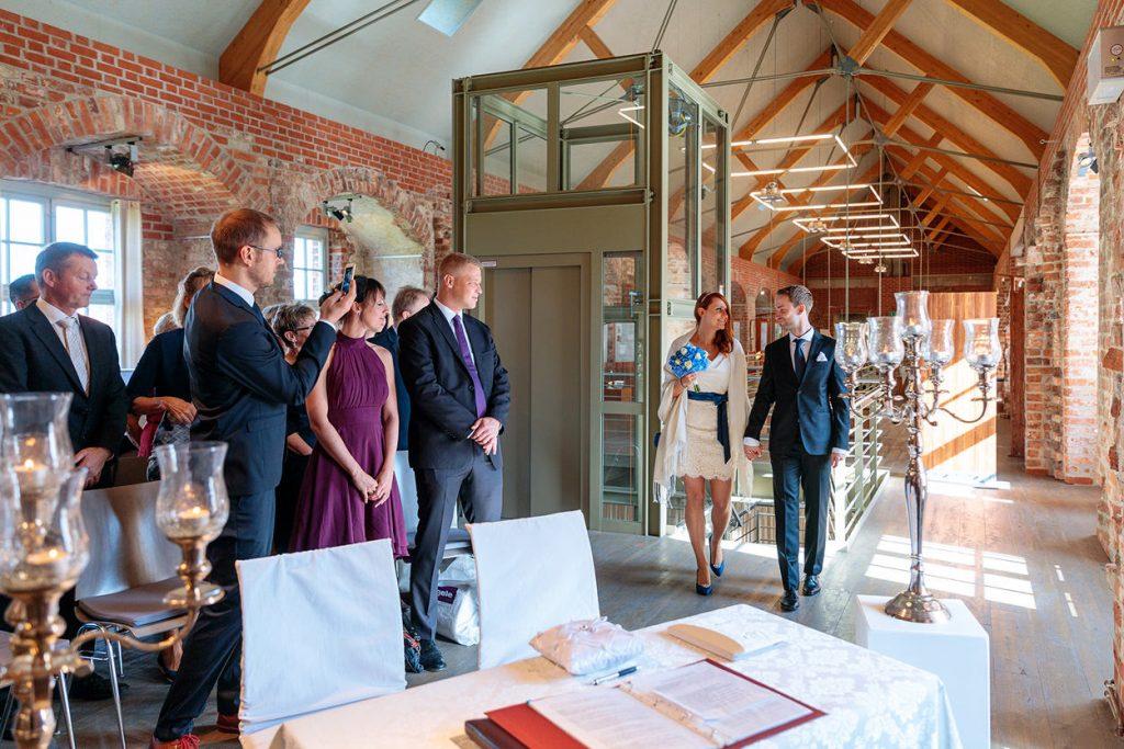 Das Brautpaar kommt im Trauungsraum auf der Burg Storkow an