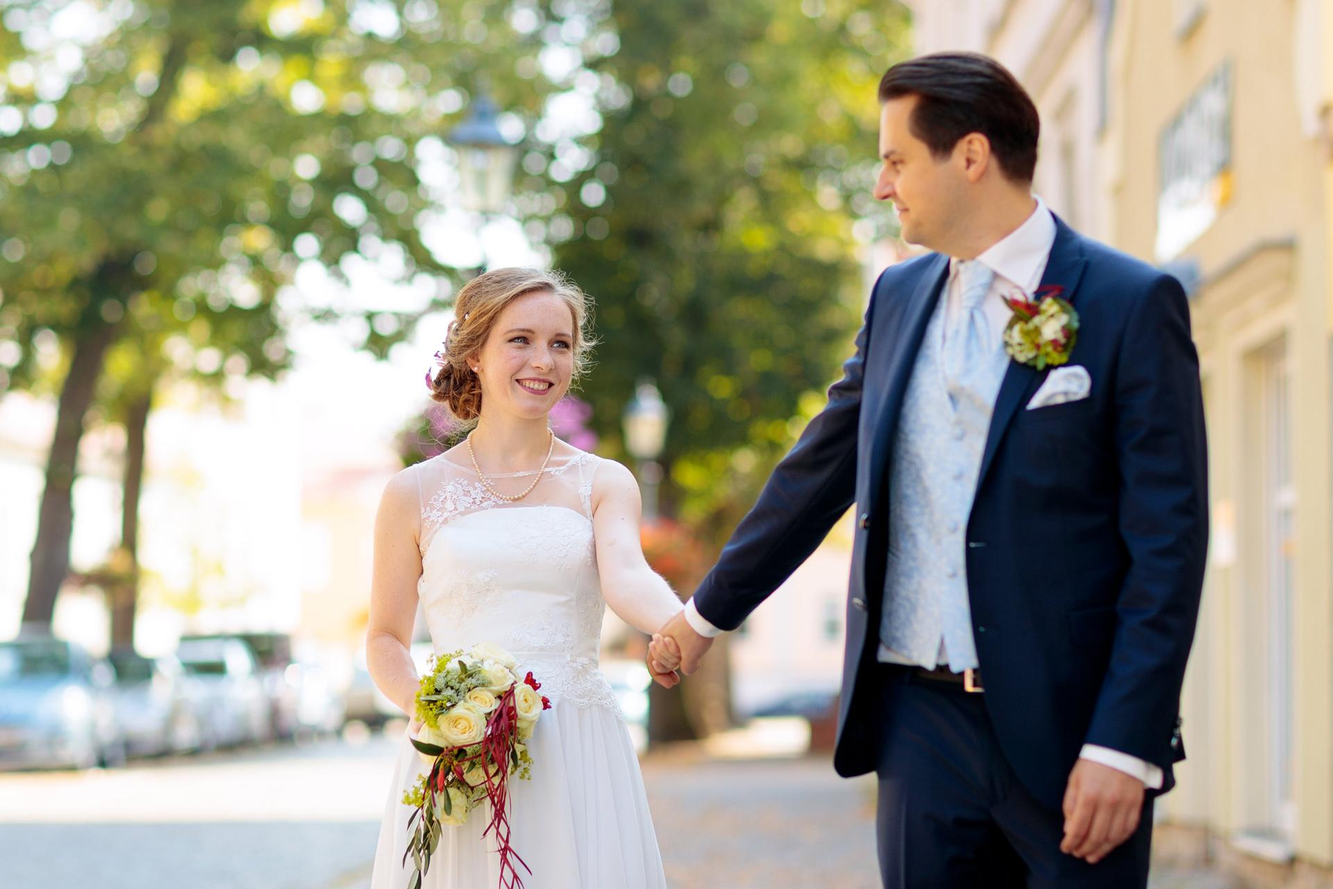 Hochzeitsfotograf Teltow mit Brautpaarfotos vor der evangelischen Kirche