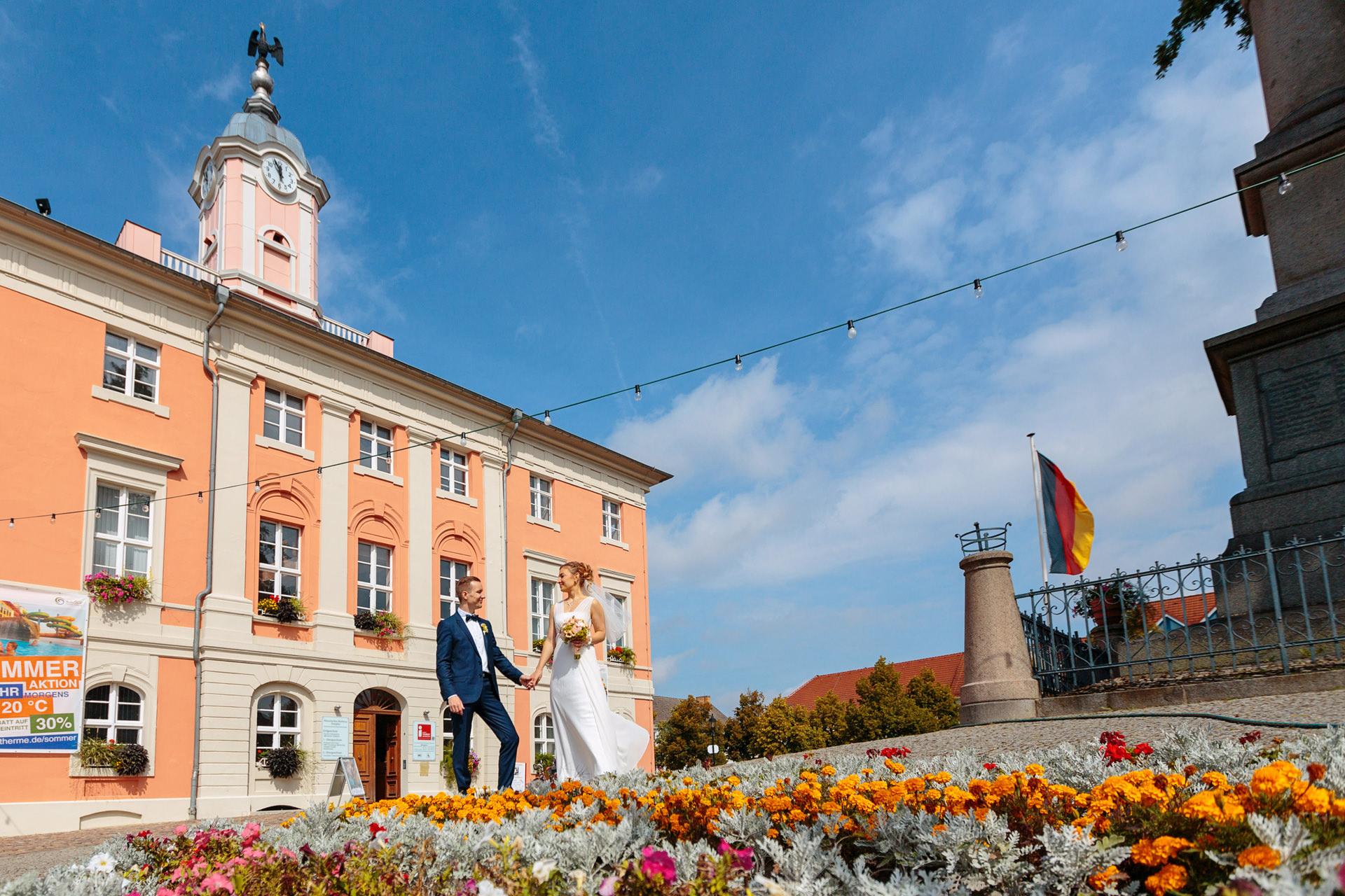 Hochzeitsfotograf Templin mit Brautpaar vor dem Rathaus nach der Trauung