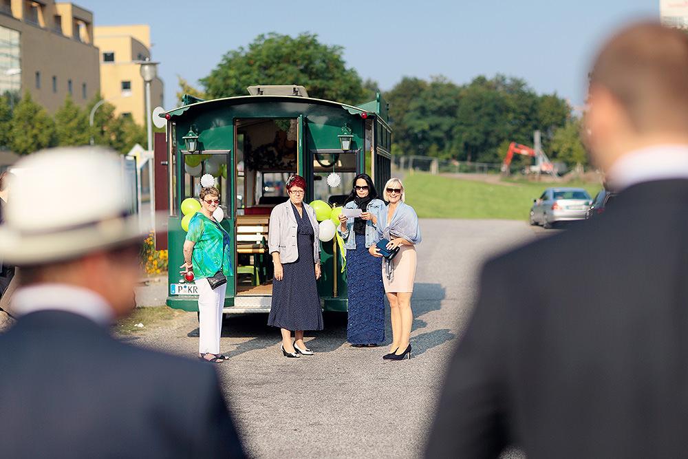 Die Hochzeitsgäste warten auf ihren Transport zum Ort der Trauung