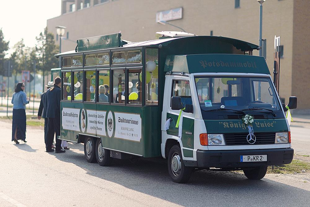 Dieser Bus brachte die Hochzeitsgäste zur Alten Neuendorfer Anger Kirche