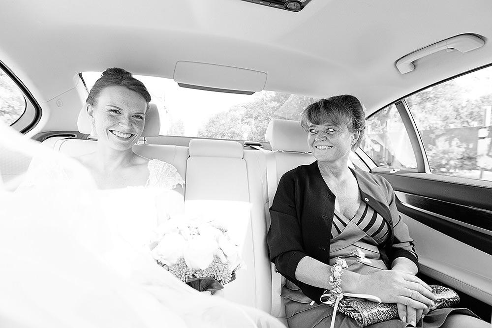Die Braut auf dem Weg zur Alt Neuendorfer Anger Kirche