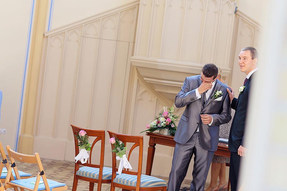Der Bräutigam wartet auf seine Braut und die Emotionen überfluten den zukünftigen Ehemann