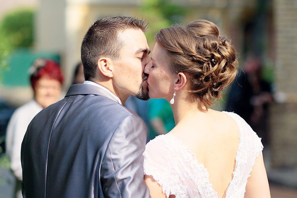 Das glückliche Brautpaar nach der Trauung