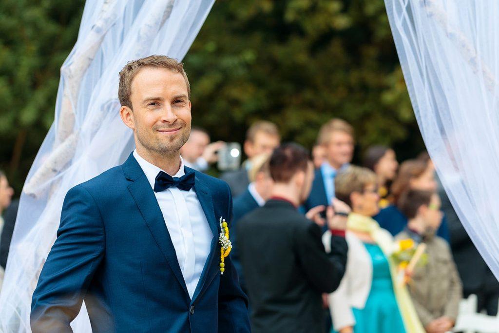 Der Bräutigam freut sich auf seine schöne Braut