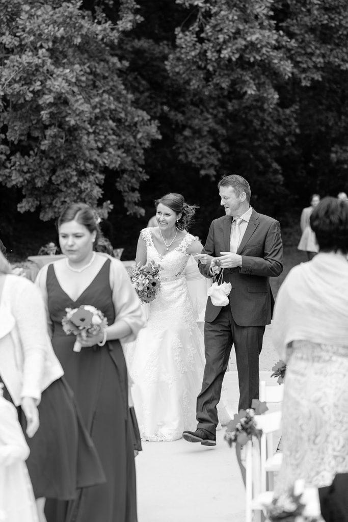 Der Brautvater geleitet seine Tochter zur Trauung