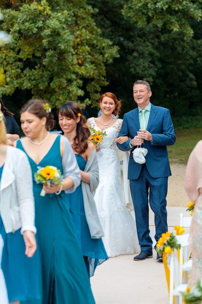 Freudige Stimmung bei Braut und Brautvater