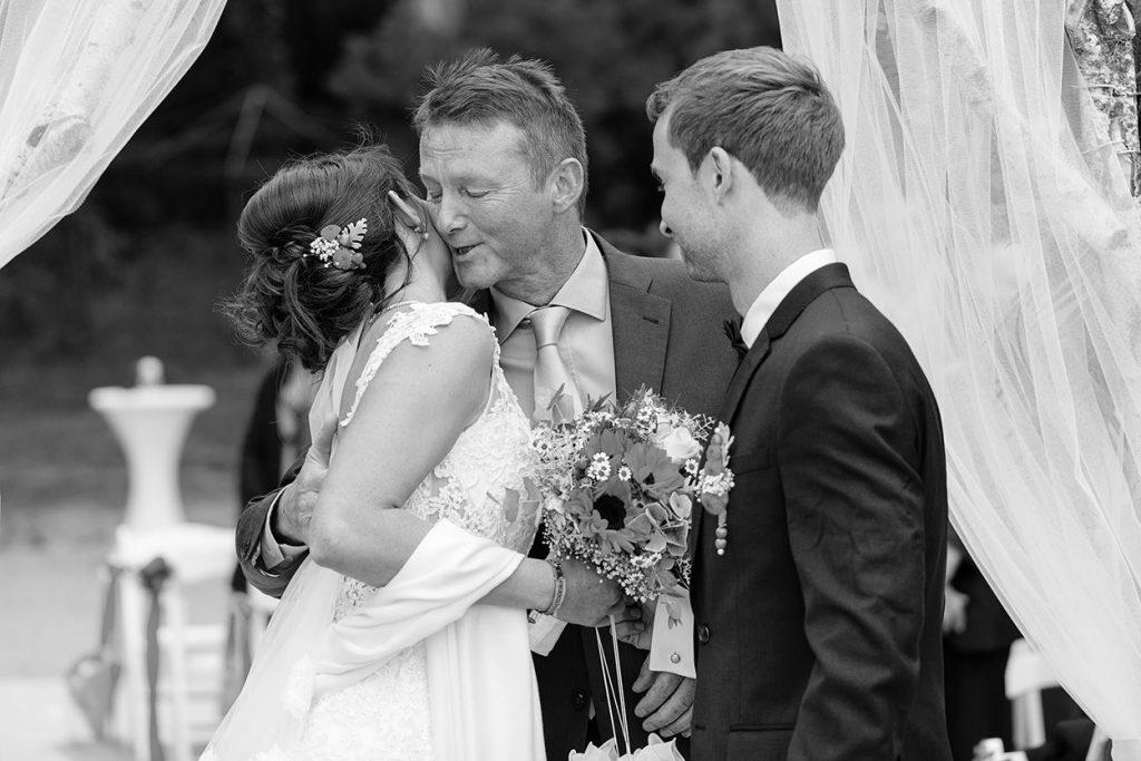 Der Brautvater drückt seine Tochter herzlich