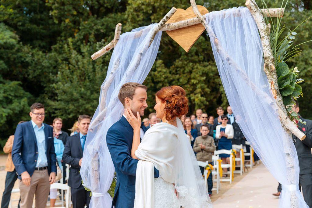 Das Brautpaar küsst sich am Ende der Trauung