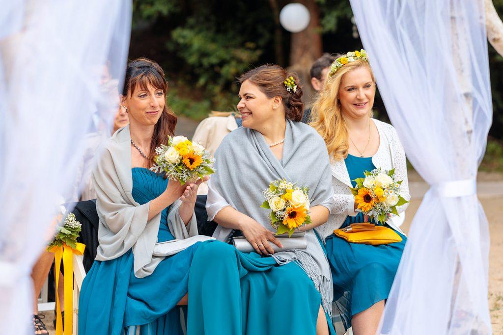 Die Brautjungfern während der Trauung