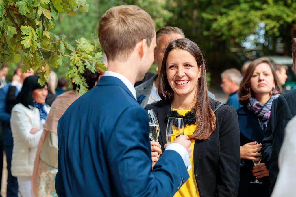 Gratulationen durch die Hochzeitsgäste und ein Sektempfang
