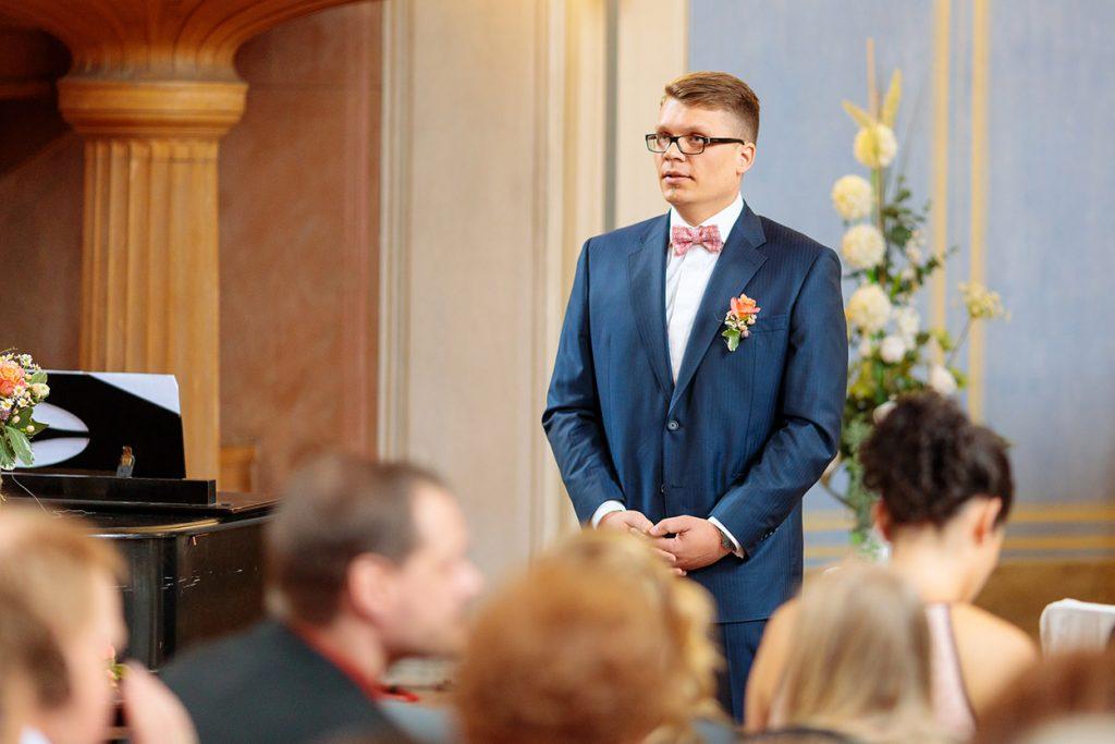 Der Bräutigam wartet gespannt auf seine Braut