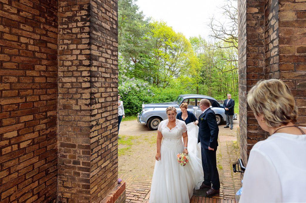 Die Braut kurz vor der Trauung in der Dorfkirche Petzow