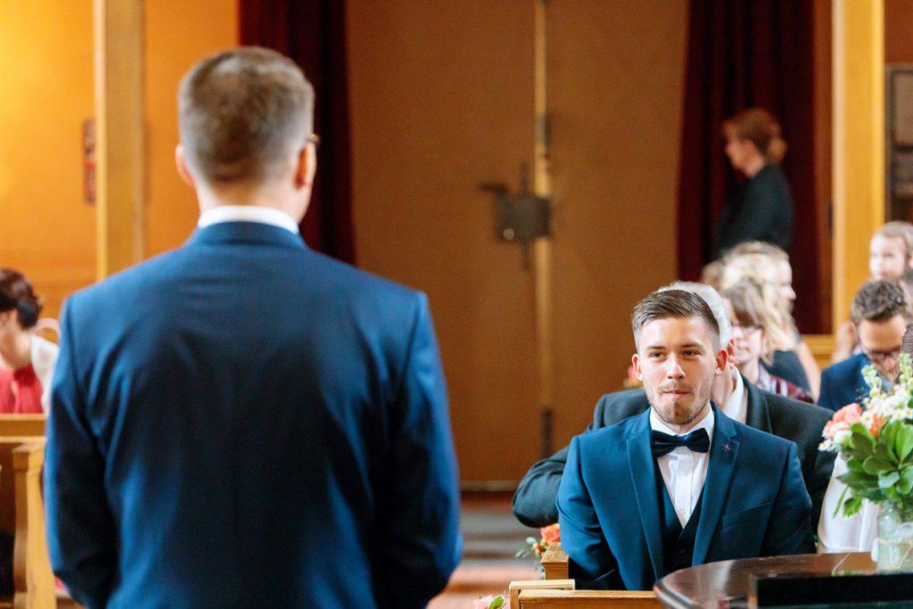 Der Trauzeuge beobachtet den Bräutigam kurz vor der Trauung