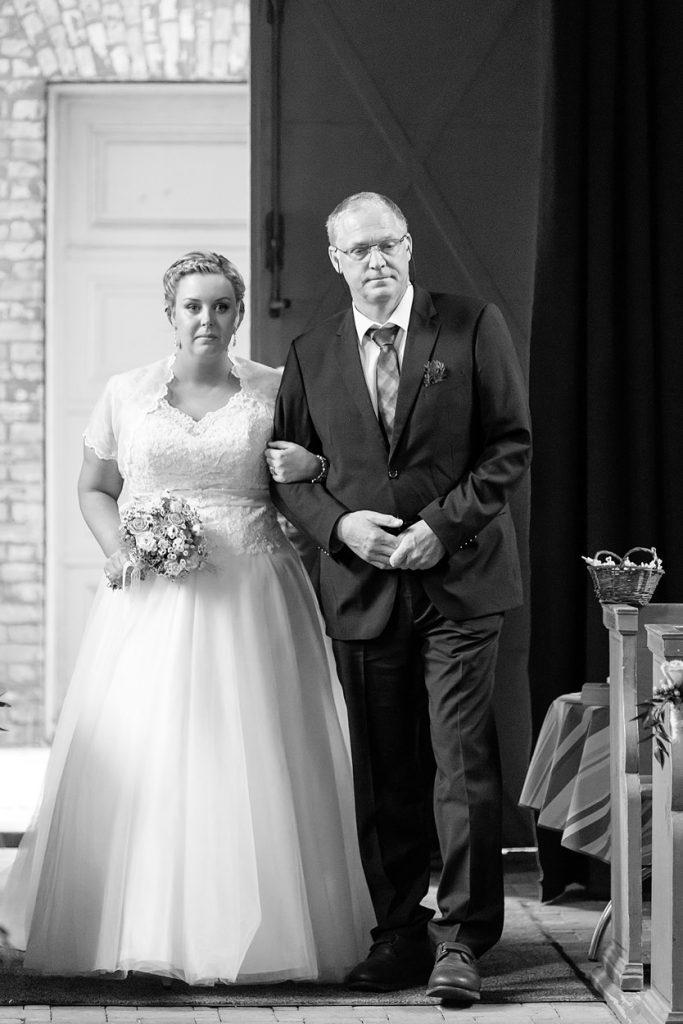 Der Brautvater geleitet seine Tochter zum Altar