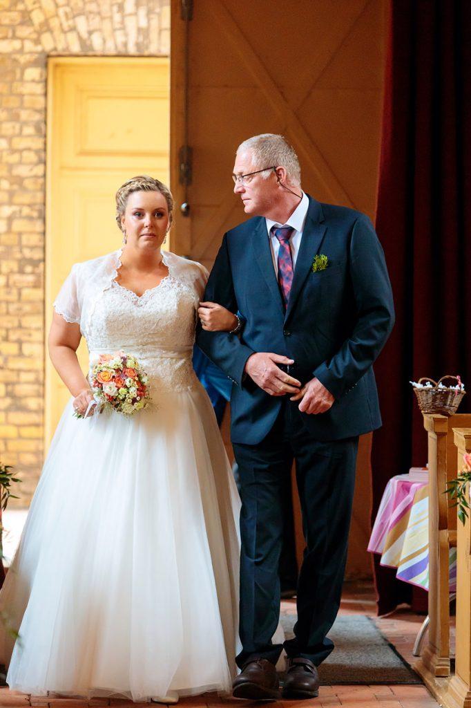 Der Brautvater sieht seine Tochter auf dem Weg zum Altar an